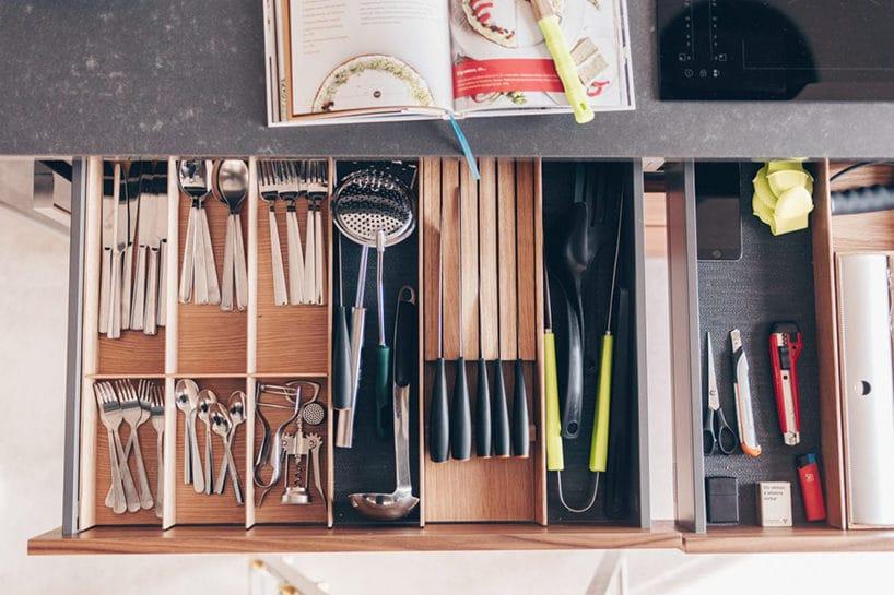 długie szuflady kuchenne zdrewnianym przegródkami zgóry