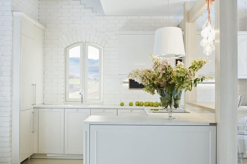 biała elegancka kuchnia S4 zkolekcji STYLE od ernestrust wkształcie litery C