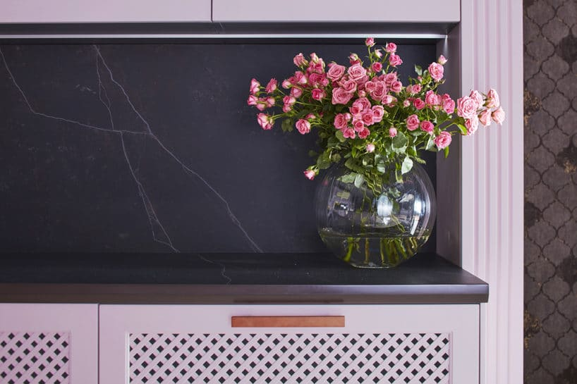 różowe front zciemnym blatem iczarnym kamieniem na ścianie wkuchni S4 zkolekcji STYLE od ernestrust