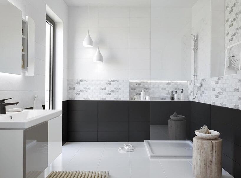 elegancka łazienka znatryskiem oddzielonym wysoką szybą na tle czarnych płytek