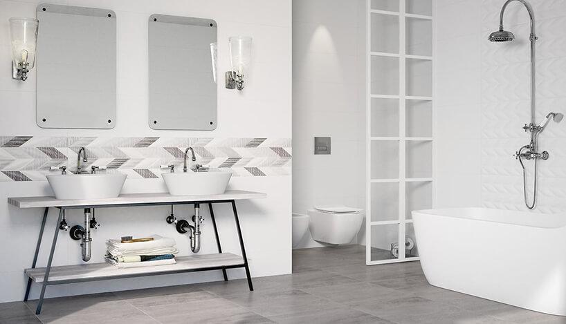 biała łazienka zwolostojącą wanną ideszczownią nad nią na tle lekko wypukłych białych płytek French Braid od Opoczno