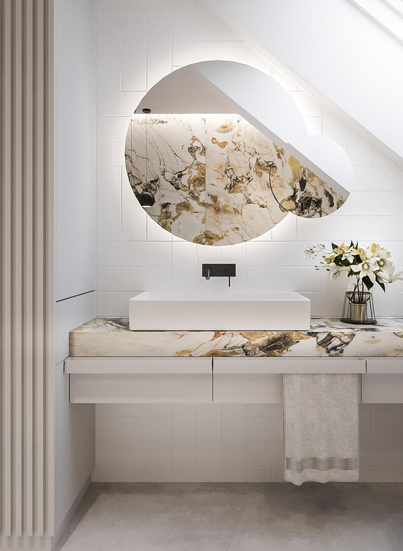 elegancka biała łazienka zkamiennym blatem zzółtym iczarnym kolorem pod białą kanciastą umywalką zczarnym kranem pod lustrem bez ramy zdużym imałym lustrem