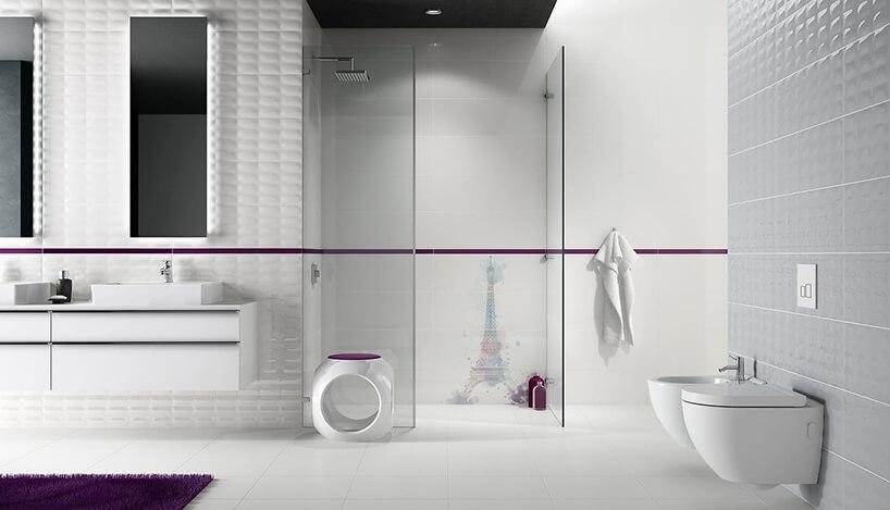 biała łazienka zlekko wypukłymi płytkami Parisen od Opoczno zfioletowymi akcentami