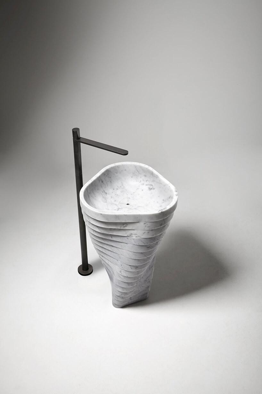wyjątkowa kamienna stojąca umywalka Vortice od Antonio Lupi przy wysokim podłogowym czarnym kranie