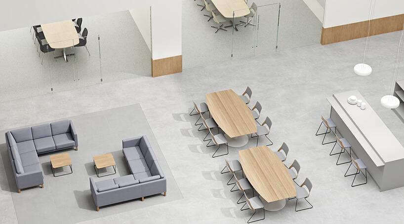 nowoczesna przestrzeń biurowa od Kinnarps aranżacja open space zdwoma salami konferencyjnymi za przeszkolonymi drzwiami zdwoma narożnymi sofami wopen space