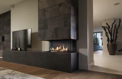 kominek z ładnym płomieniem w salonie z obiciem płytkami