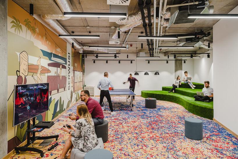 nowoczesne wnętrze open space intive przestrzeń rekreacyjna zkonsola do gier istołem do ping-ponga