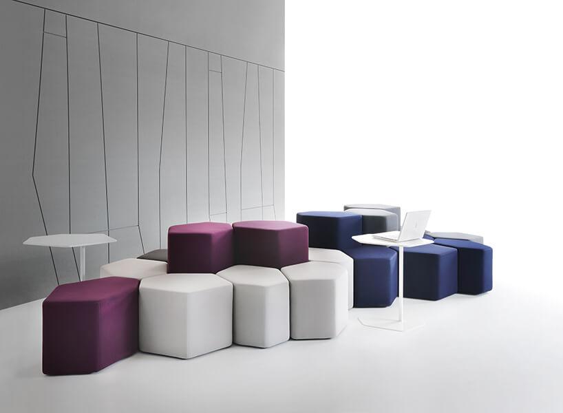 nowoczesne modułowe siedziska wkształcie sześciokątów na tle szarej ściany