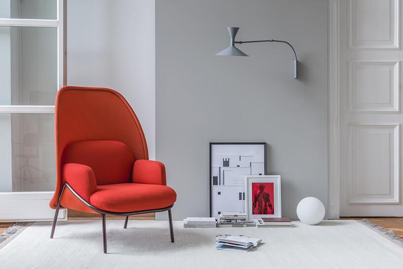 nowoczesny czerwony fotel zwysokim siedziskiem wszarym wnętrzu