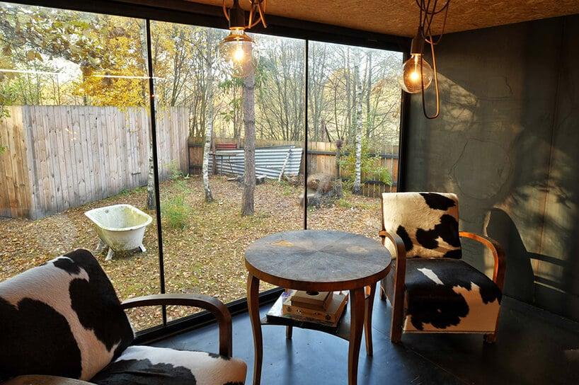 szklana powierzchnia przy drewnianym stoliku ifotelach ze wzorem łaciatym