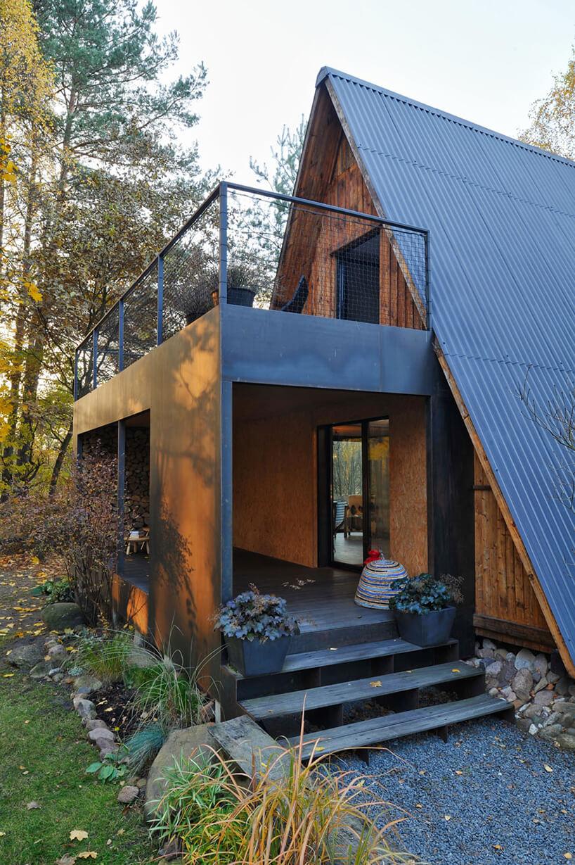 metalowo-drewniana dostawka do starego domku trójkątnego