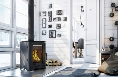 czarny elegancki kwadratowy wolnostojący kominek w białym salonie na tle ściany z oknami