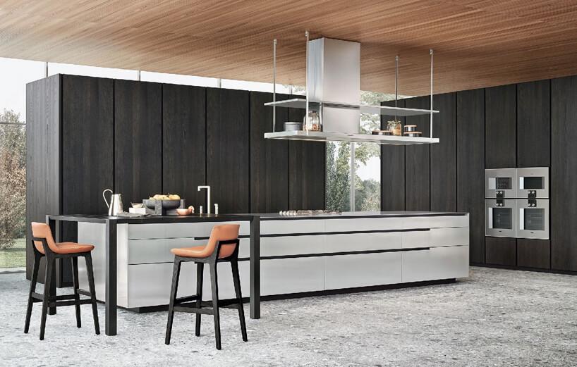 dwa brązowe krzesła biała podłóżna szafka kuchenna na tle czarnej ściany