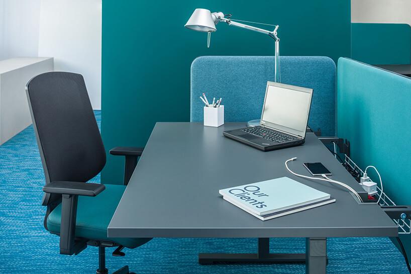 szare stanowisko pracy Yan od MDD zszarym nowoczesnym biurkiem zniskimi ściankami