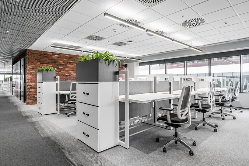 jasny open space zbiałymi biurkami Stand Up od Mikomax