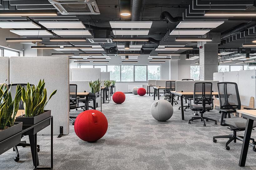 nowoczesna elastyczna aranżacja open space zpodwójnymi biurkami zszarymi niskim ściankami