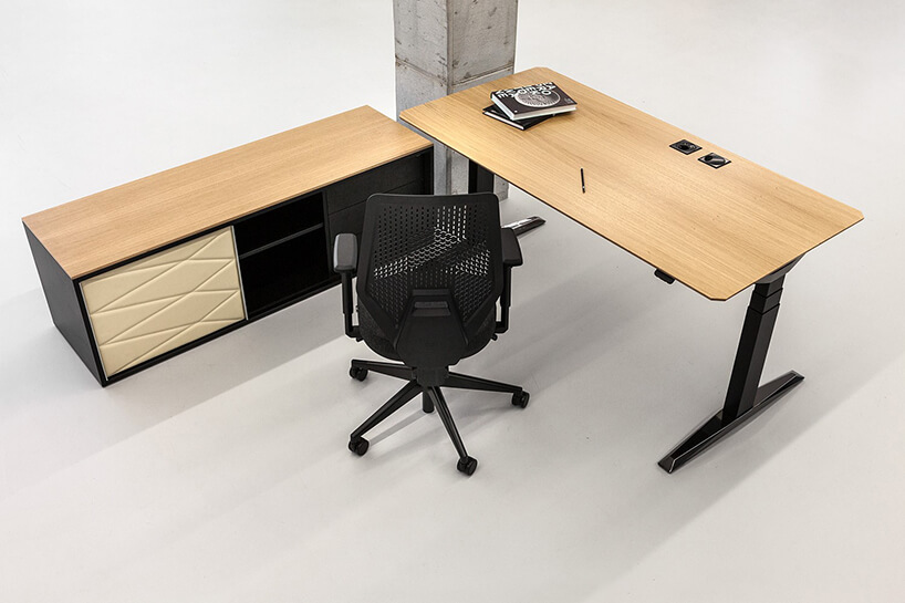 nowoczesne stanowisko pracy VANK_MOVE od VANK czarna szafka zdrewnianą górą obok biurka zregulacją wysokości zdrewnianym blatem