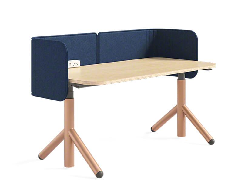 drewniane biurko Flex od Steelcase zniebieską ścianką