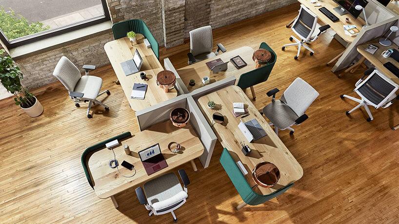 cztery drewniane biurka wopen space wnietypowym układzie