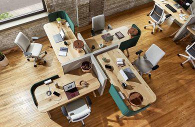 cztery drewniane biurka w open space w nietypowym układzie