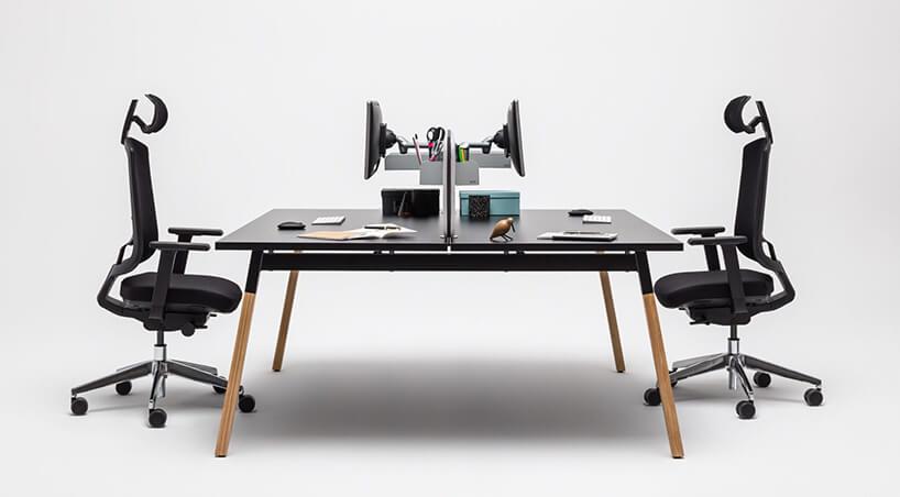 duże podwójne biurko Ogi od MDD zciemnym blatem na jasnych drewnianych nogach