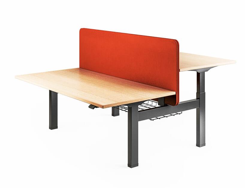 podwójne biurko zregulowaną wysokością na ciemnym stelażu zjasnym drewnianym blatem