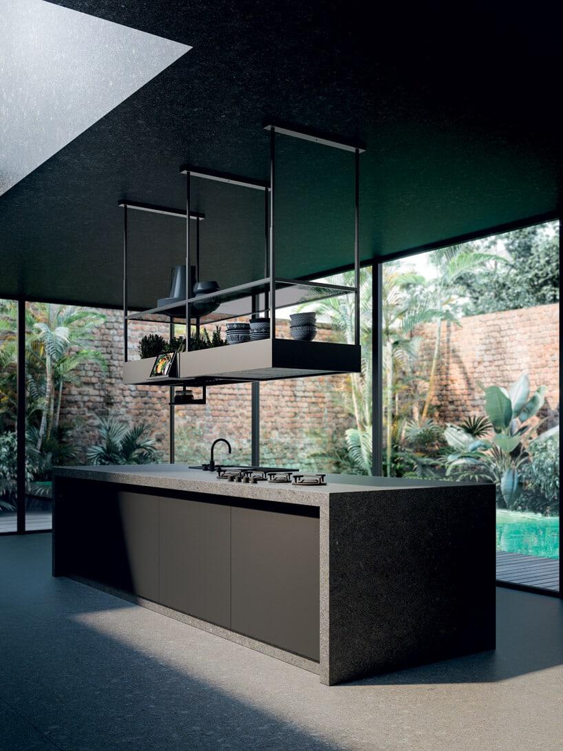 elegancki ciemny okap kuchenny Spazio zkolekcji Circle.Tech od Falmec nad ciemną kamienną dużą wyspą wprzeszklonej kuchni