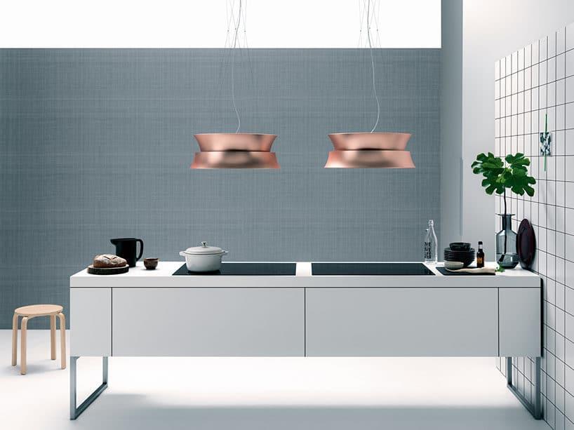dwa okapy kuchenne Dama od Falmec wmiedziany kolorze nad szarą wysoką kuchnią