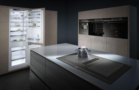 elegancka nowoczesna płyta grzewcza EX875LX67E od Siemens w szklanym blacie dużej wyspy kuchennej z dodatkową funkcją wyciągu