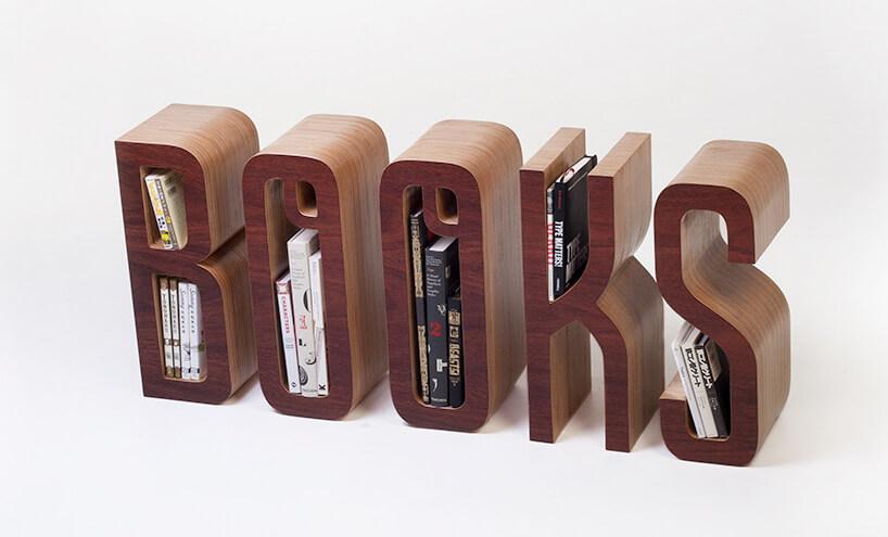 nowoczesny regał na książki zdrewnianych liter układających się wsłowo books