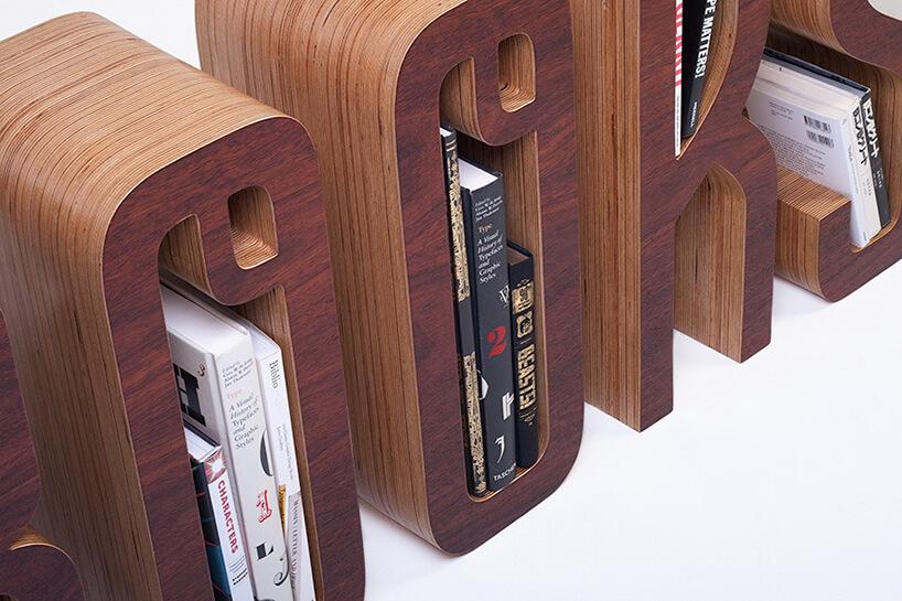 nowoczesny regał na książki brązowy wkształcie liter