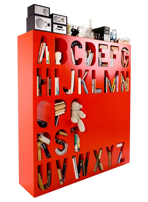 nowoczesny regał na książki czerwony zwydrążonymi literami alfabetu jako półkami