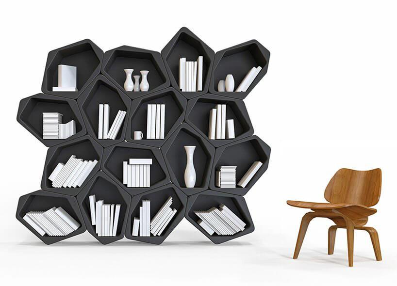 nowoczesny regał na książki czarny znieregularnymi półkami obok drewnianego krzesła