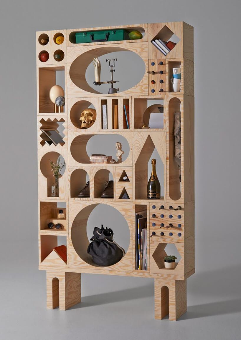 nowoczesny regał na książki drewniany zgeometrycznymi półkami