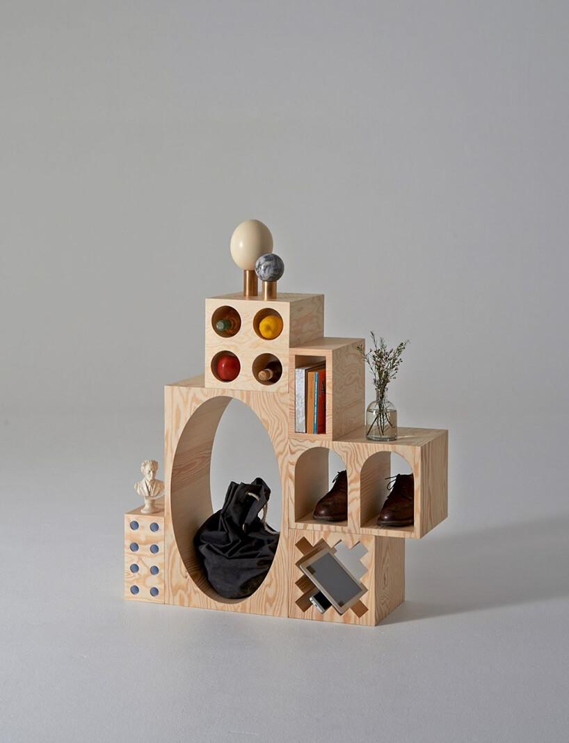 mały nowoczesny regał na książki drewniany zgeometrycznymi półkami