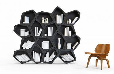 nowoczesny regał na książki czarny z nieregularnymi półkami obok drewnianego krzesła