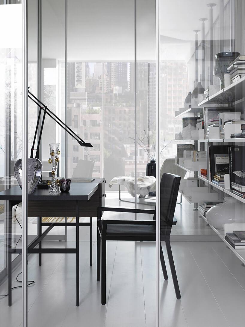 stylowe krzesło ibiurko na tle szklanej ścianki działowej