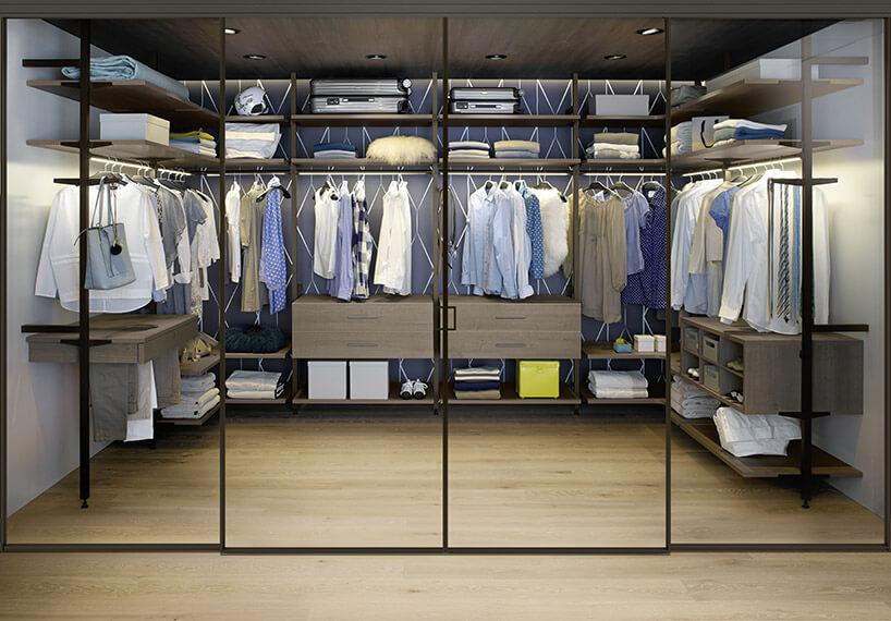 duża garderoba ze szklaną ścianką działową