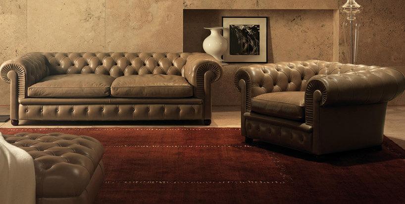 brązowe kanapy zczerwonym dywanem obrazem idzbanem