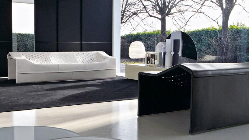 czarno biały design zjasna kanapa lampa podłogą iciemną ścianą