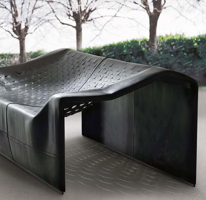 nowoczesna czarna skórzana sofa na tle drzew