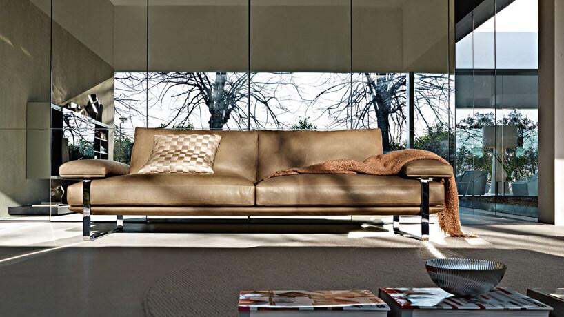 brązowowa skórzana kanapa wjasnym pomieszczeniu