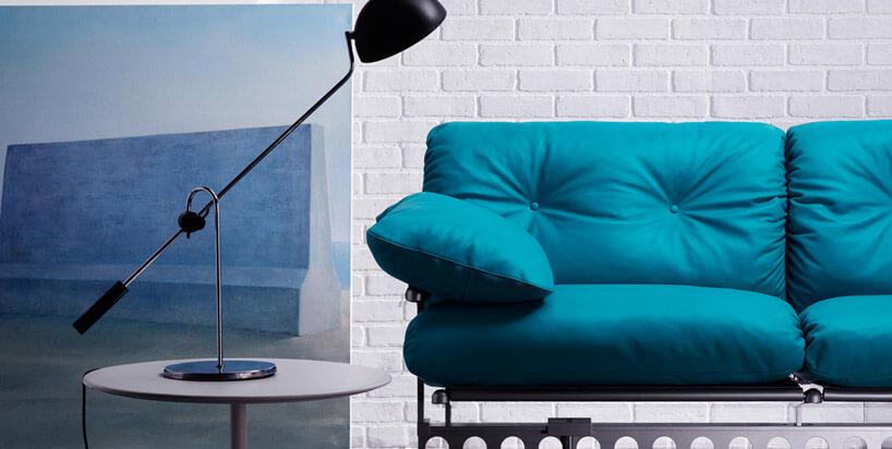 niebieska sofa jasna ściana