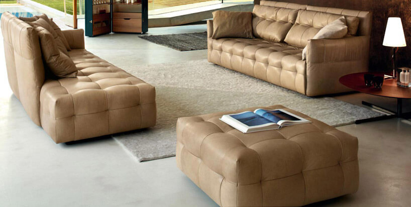 brązowe kanapy ifotele jasny dywan przestronne pomieszczenie