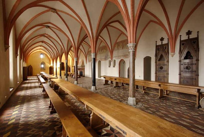 długi stół zławkami wkościele