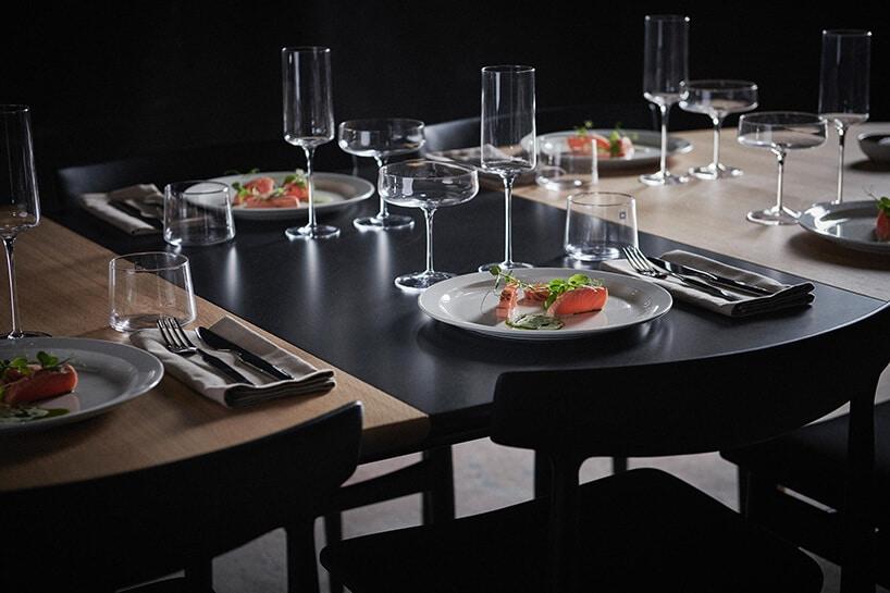 drewniano-czarno matowy stół zzastawą oraz kieliszkami
