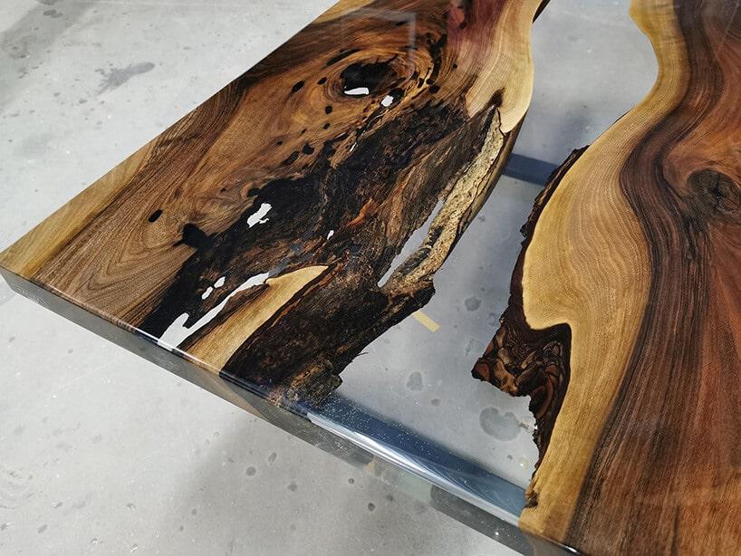 drewniany dębowy stół zpołączeniem szklanego fragmentu wewnątrz