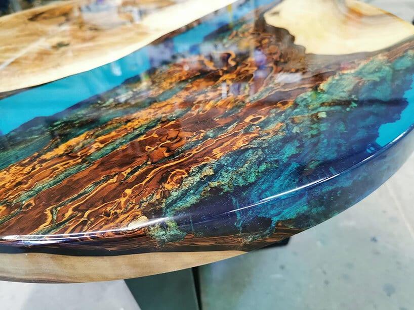 kolorowe zdobienie drewnianego stołu niebieskim malowaniem