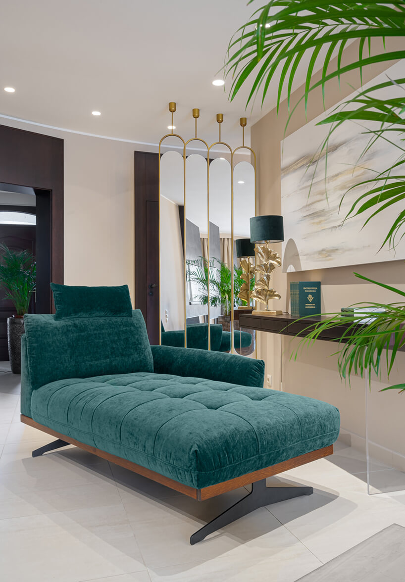 zielony szezlong Nicea od Gala Collezione zdrewnianą skrzynią imetalowymi dwoma nogami