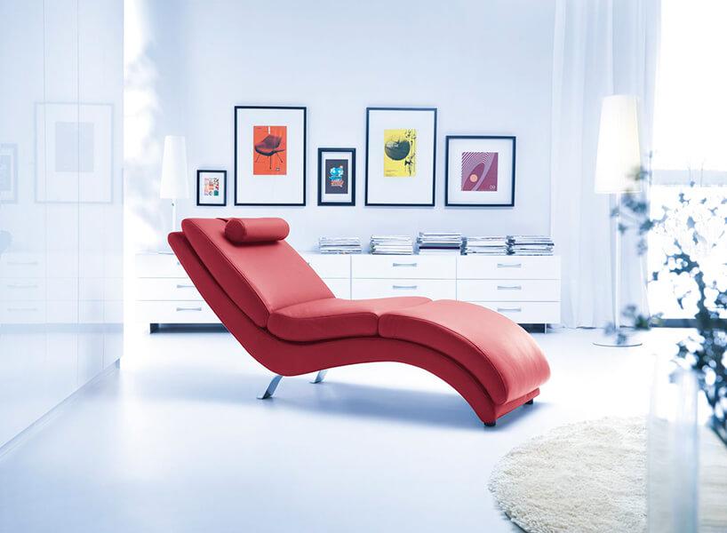 czerwony minimalistyczny szezlong Bibbi od Gala Collezione wnowoczesnym białym wnętrzu